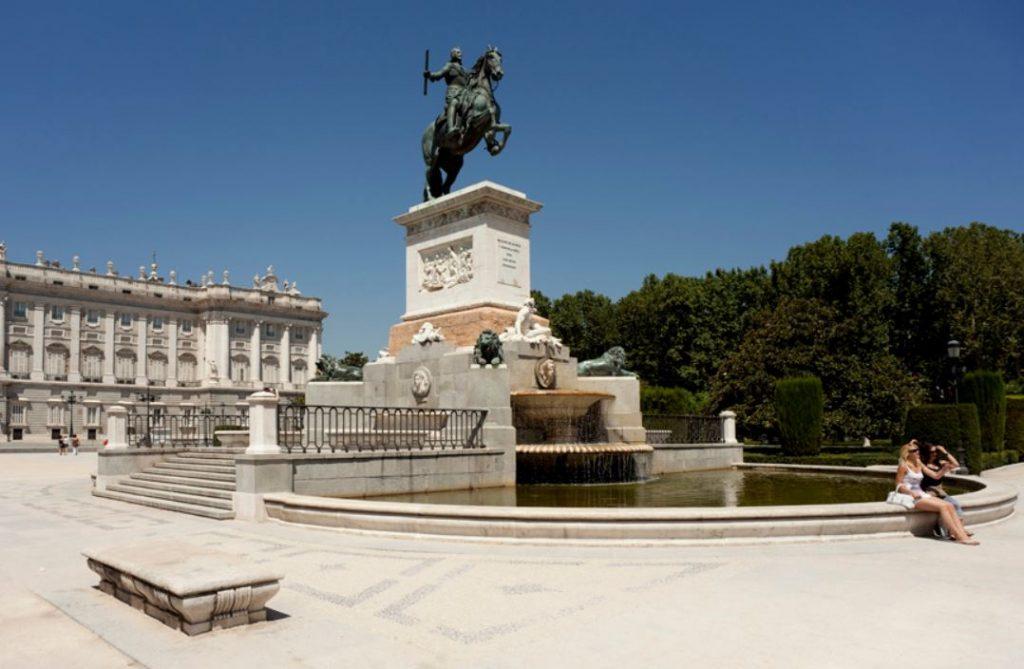 Plaza de oriente statue